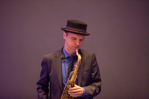 Bernd Suchland spielt mit dem SOLO-Saxophon auf.